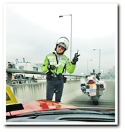 交警擺V甫士讓李嘉欣拍照。(微博圖片)