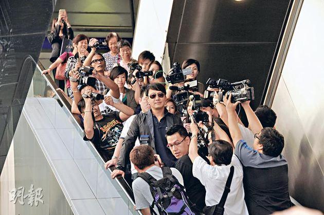 黎明被大批傳媒追訪,扶手電梯非常擠擁,他一度險跌倒。(攝影:孫華中)