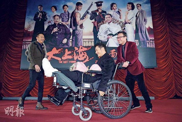 劉偉強親自為腳傷未癒的黃曉明推輪椅行紅地氈,前者好像有點吃力,後者則舒服輕鬆。(攝影﹕娛樂組)