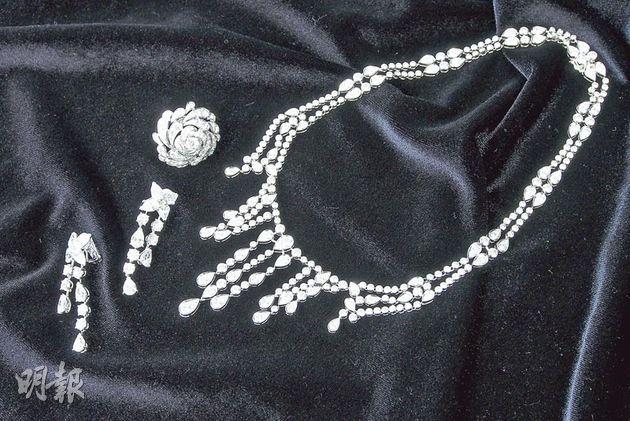 卡地亞高級珠寶系列項鏈;卡地亞高級珠寶系列耳環;卡地亞Devine系列花形戒指(攝影:梁迺楠)