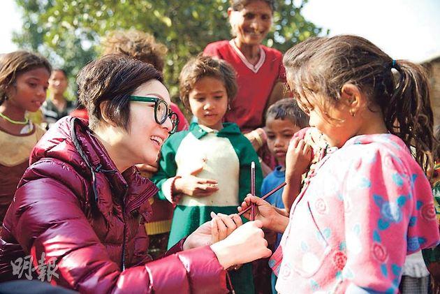 鄭秀文分享探訪感受,希望更多人成為助養者,給孩子教育機會。(微博圖片)