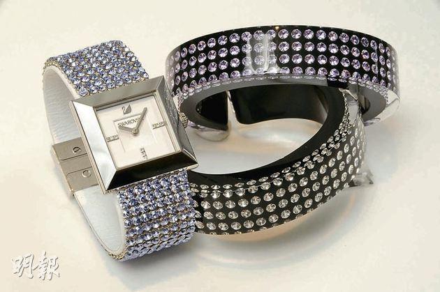 手表的真皮表帶上綴有多顆像薰衣草顏色的淡紫色水晶閃閃發亮,時刻綻放出柔和悅目的光環。手表Elis Lady$5,800;手鐲Resin(紫色水晶)$930;手鐲Resin(白色水晶)$930(攝影:梁迺楠)