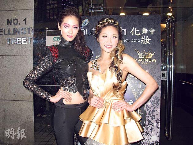 林莉(左)向陳妙瑛(右)取經,為聖誕化妝舞會作熱身準備。(攝影/記者:林蘊兒)