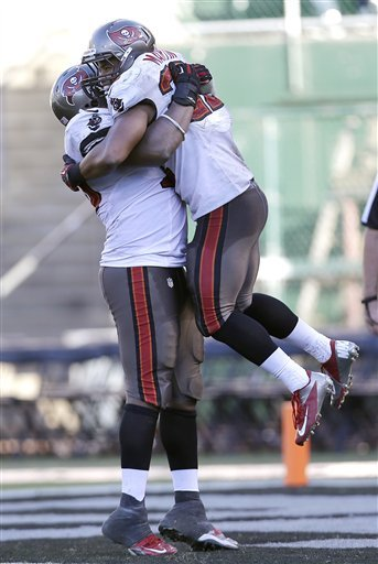 Martin, Bucs race past Raiders 42-32