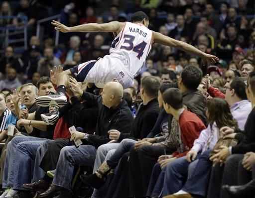 Horford's late bucket lifts Hawks over Bucks