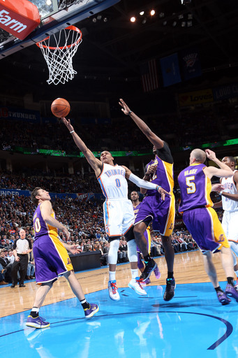 Thunder hold off Lakers' charge, 122-105