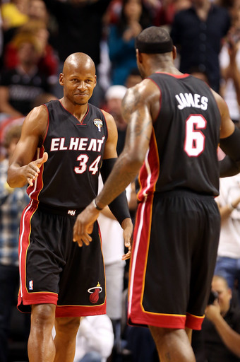 Heat win 17th straight, top 76ers 102-93