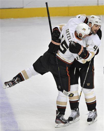 Ducks get late goal and 2-1 win over Blackhawks