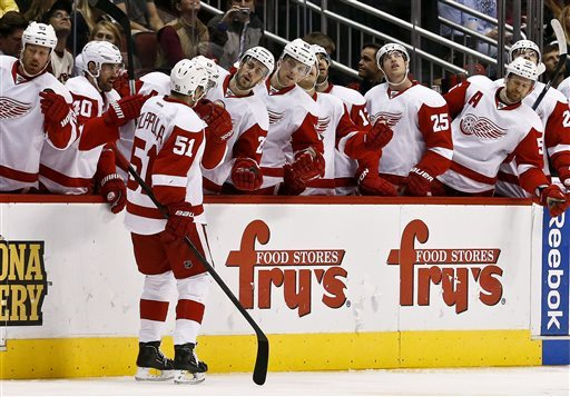 Coyotes hold off Red Wings 4-2
