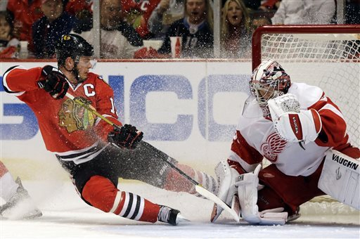 Blackhawks beat Red Wings 4-1 to stay alive