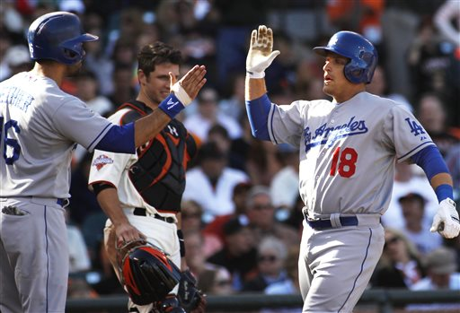 Giants overcome lineup blunder, beat Dodgers 4-2