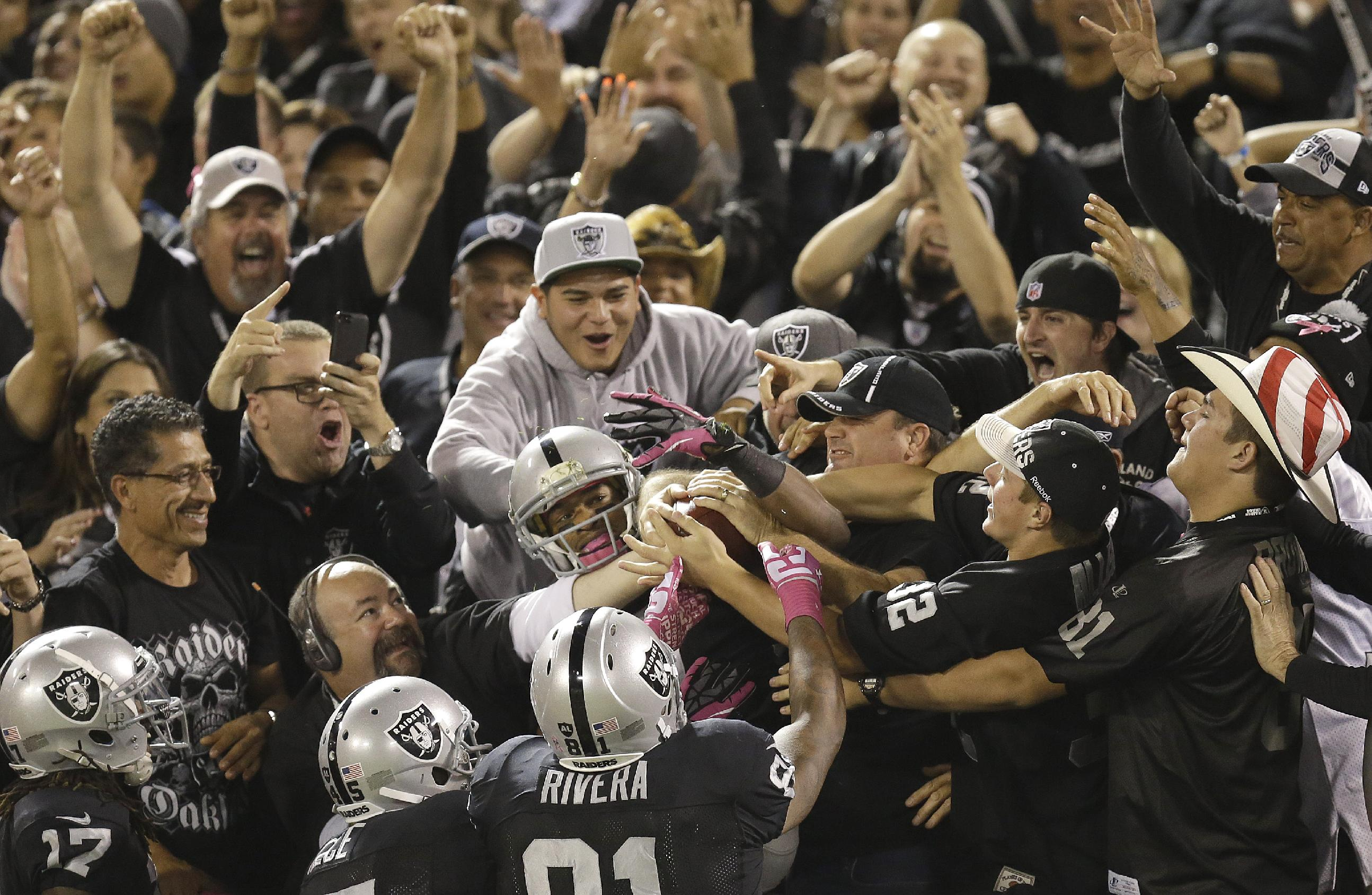 Pryor, Woodson lead Raiders past Chargers 27-17