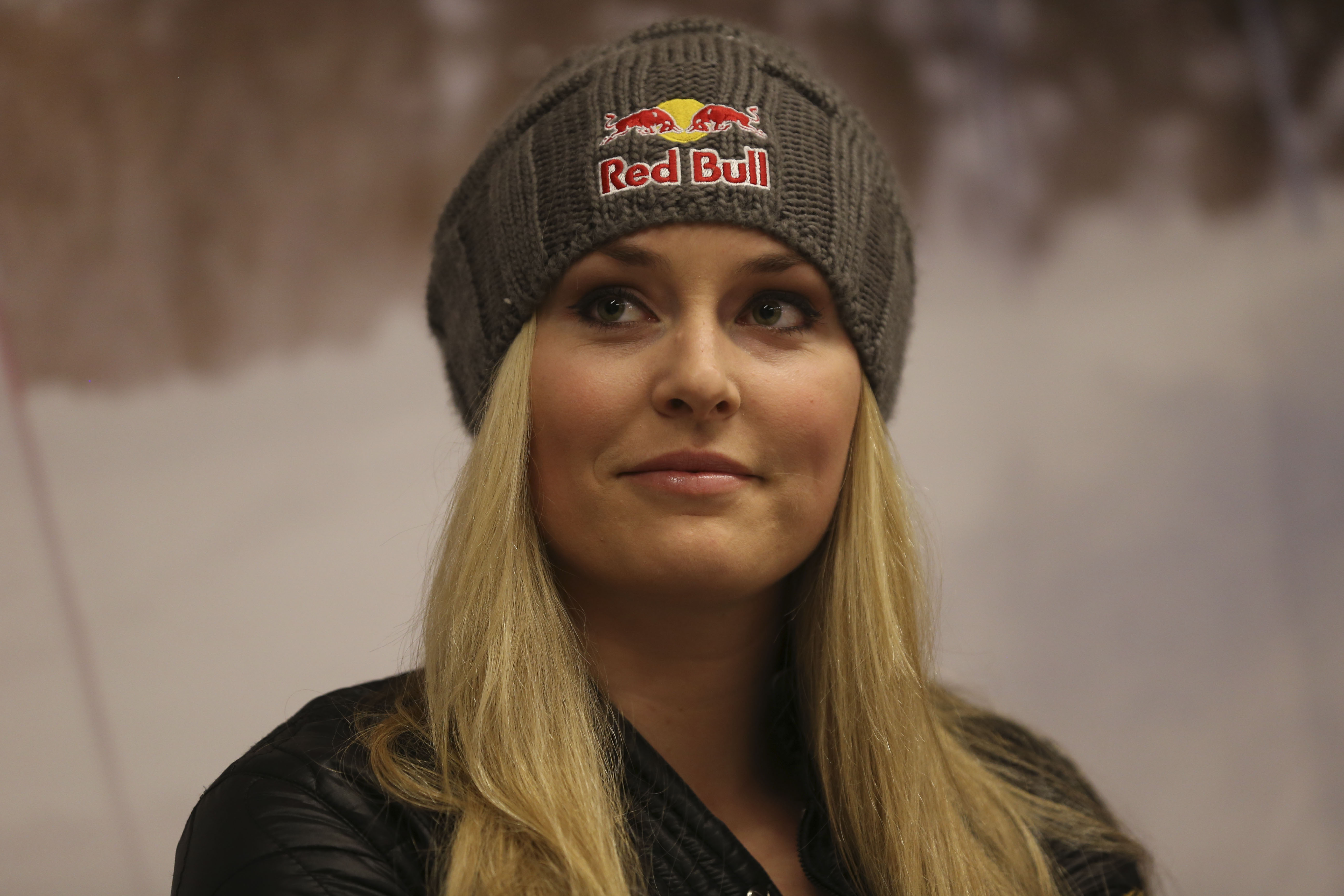 Vonn puts off return from knee surgery for a month