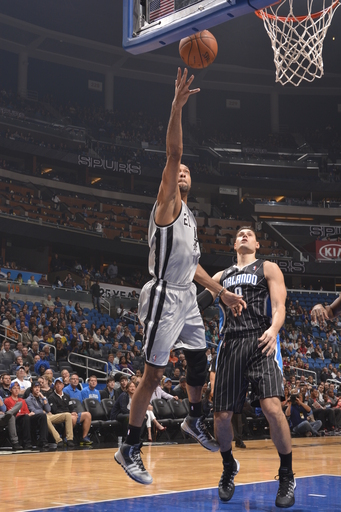 Duncan's big first half carries Spurs past Magic