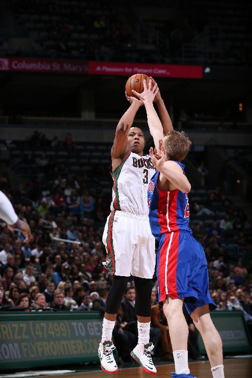 Bucks snap 9-game skid, beat Pistons 104-101