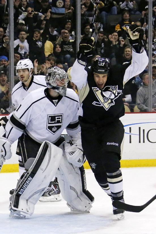 Kings top Penguins 3-2 for 8th straight road win