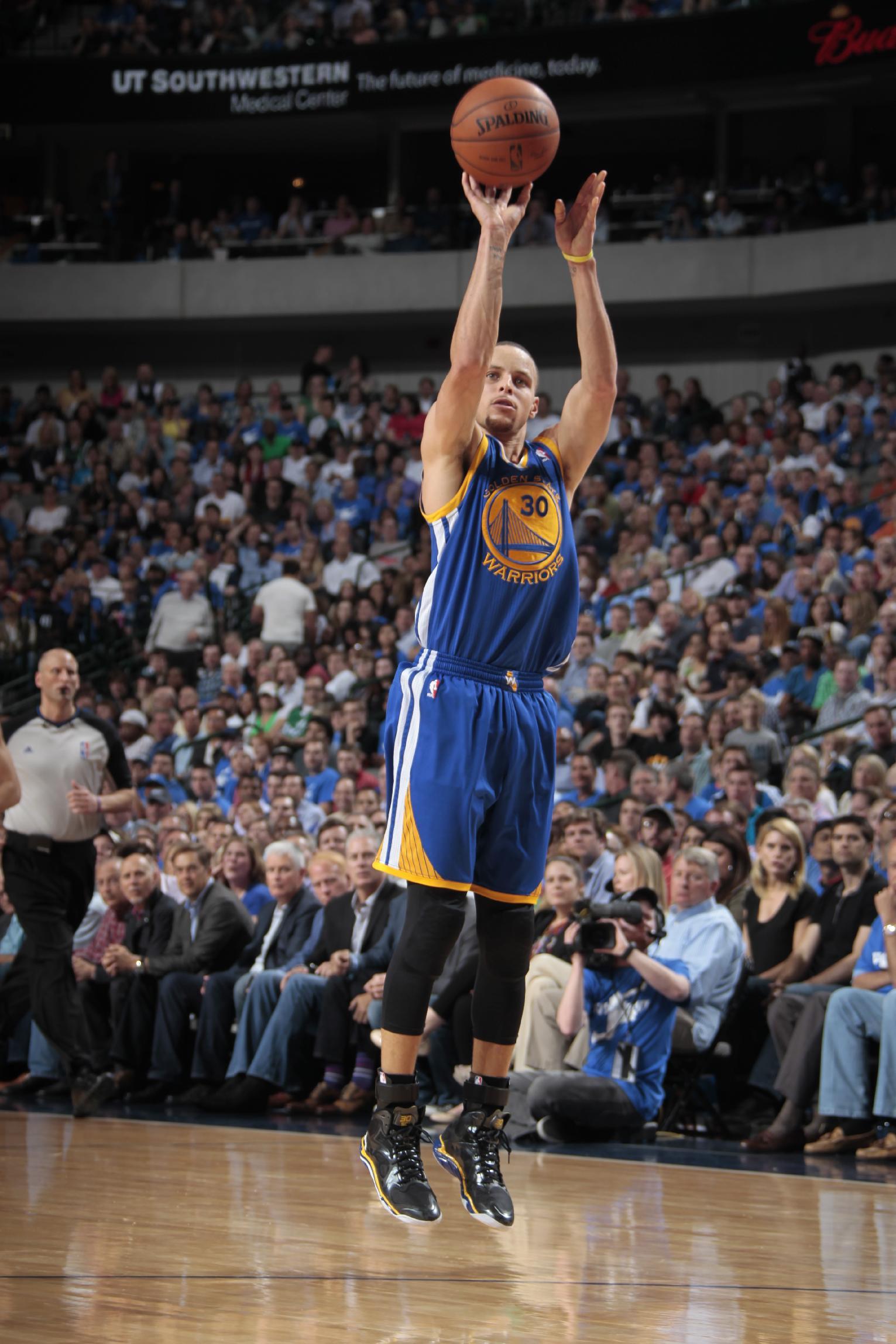 Curry leads Warriors past Mavericks 122-120