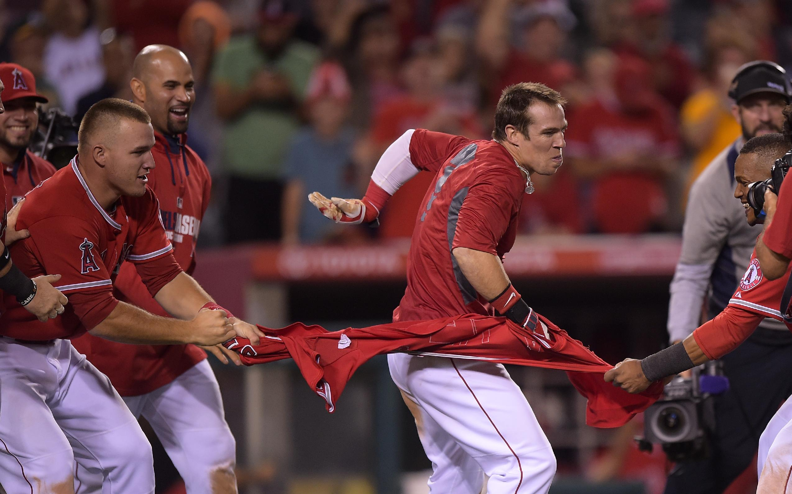Cowgill's 14th-inning HR puts Angels past A's 2-1