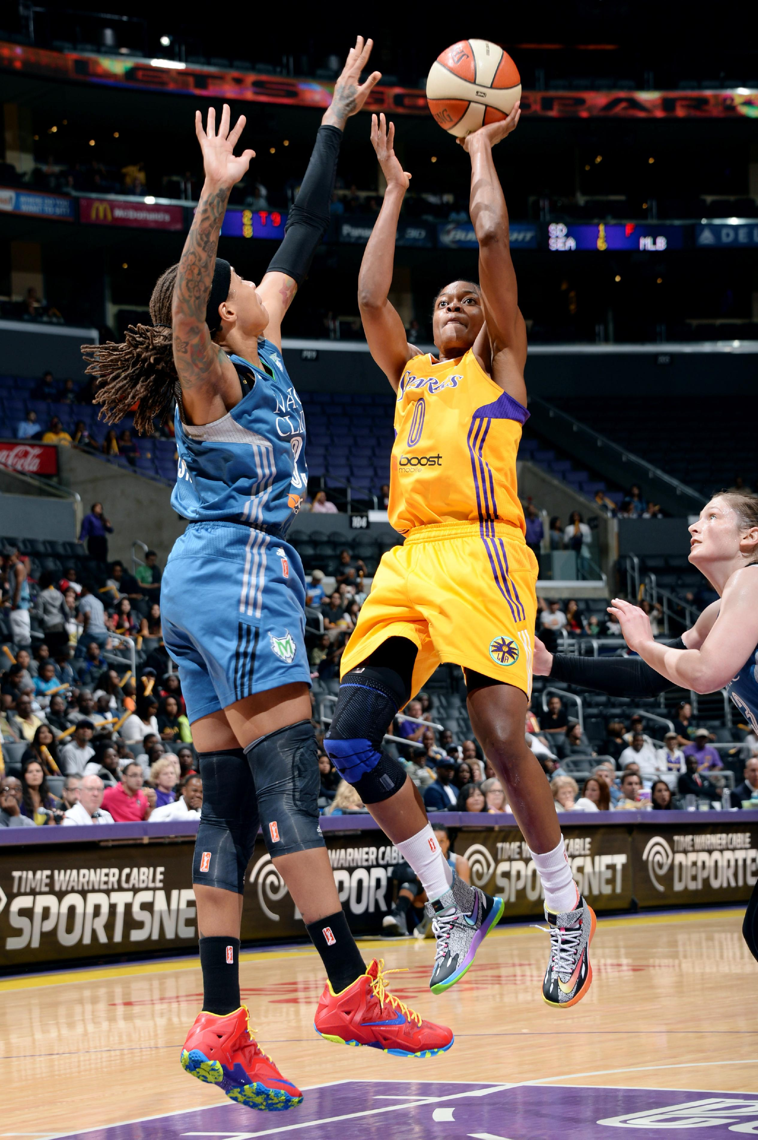 Moore leads Lynx to 94-77 rout of Sparks