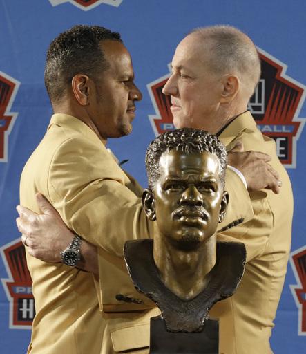 Reed packs emotion, Strahan laughs at Hall of Fame