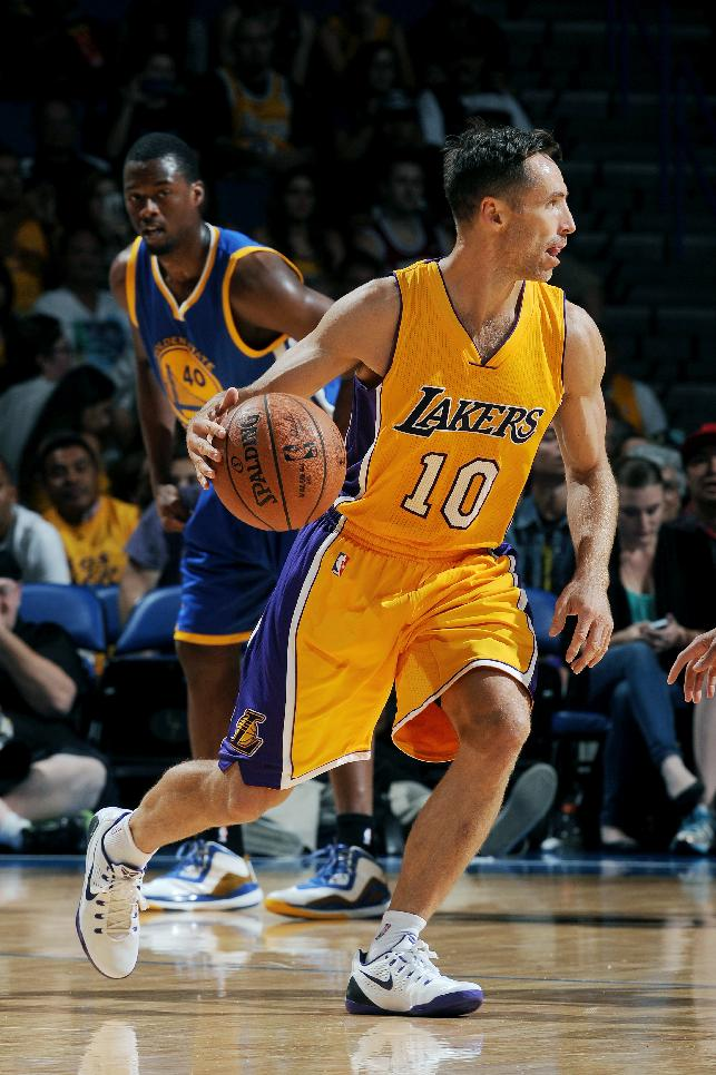 Lakers' Steve Nash injures back carrying bags