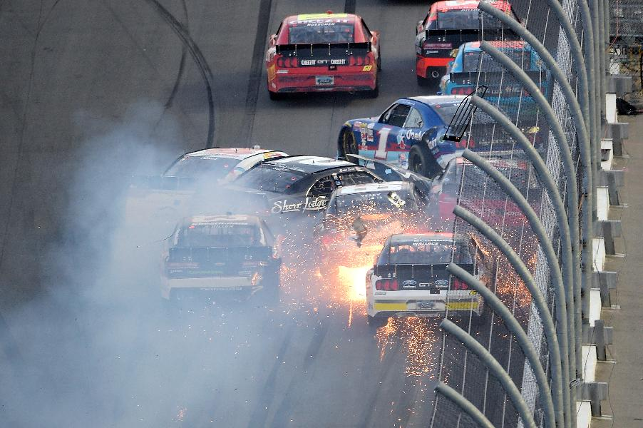 Kyle Busch breaks right leg in crash at Daytona