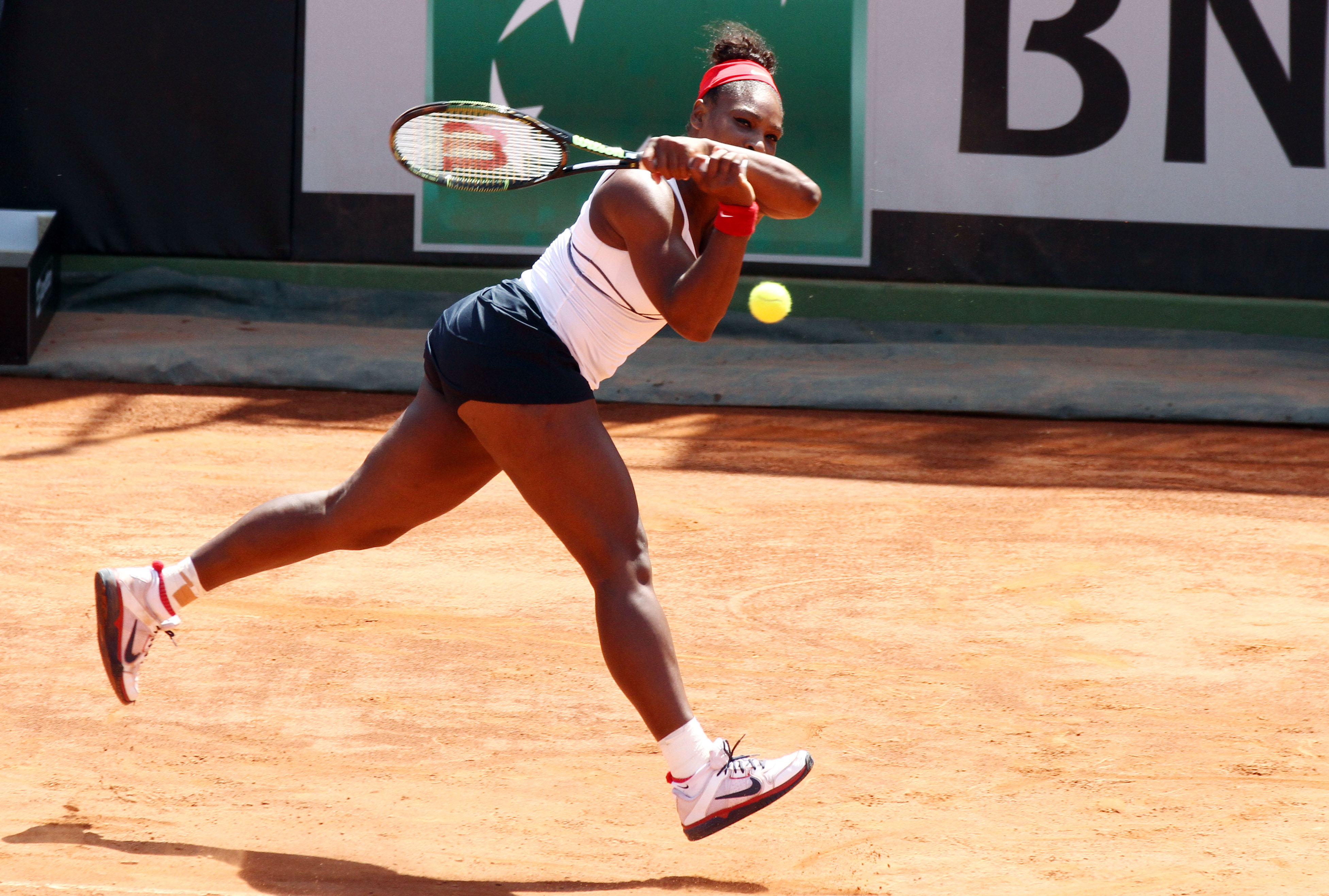 Serena Williams holds off Giorgi but Italy-US tied at 1-1