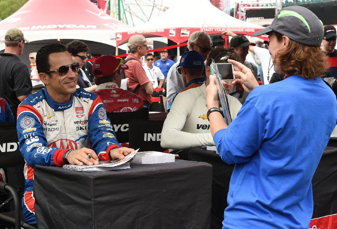 Castroneves grabs IndyCar pole, Team Penske gets top 3 spots