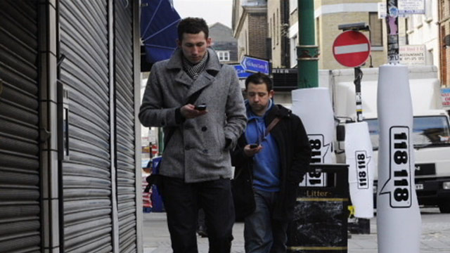 http://media.zenfs.com/en_us/gma/Reuters/abc_texting_while_walking_grabs7_jt_120513_wmain.jpg