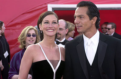 Julia Roberts and Benjamin Bratt 73rd Academy Awards Los Angeles, CA  3/25/2001