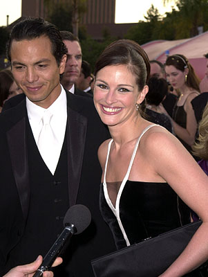 Benjamin Bratt and Julia Roberts 73rd Academy Awards Los Angeles, CA  3/25/2001