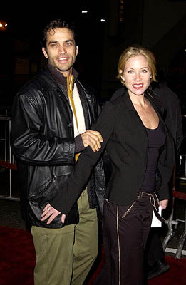 Premiere: Johnathon Schaech and wife Christina Applegate at the Hollywood premiere of Vanilla Sky - 12/10/2001