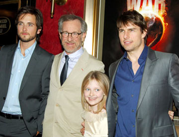 Premiere: Justin Chatwin, director Steven Spielberg, Dakota Fanning and Tom Cruise at the New York premiere of Paramount Pictures' War of the Worlds - 6/23/2005