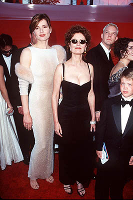 Matthew Lillard scoots behind Geena Davis and Susan Sarandon 70th Annual Academy Awards Los Angeles, CA 3/23/1998