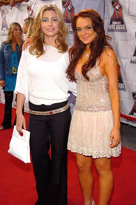Jessica Biel and Lindsay Lohan are viciously gossiped about by the two women behind them. MTV Movie Awards - 6/5/2004