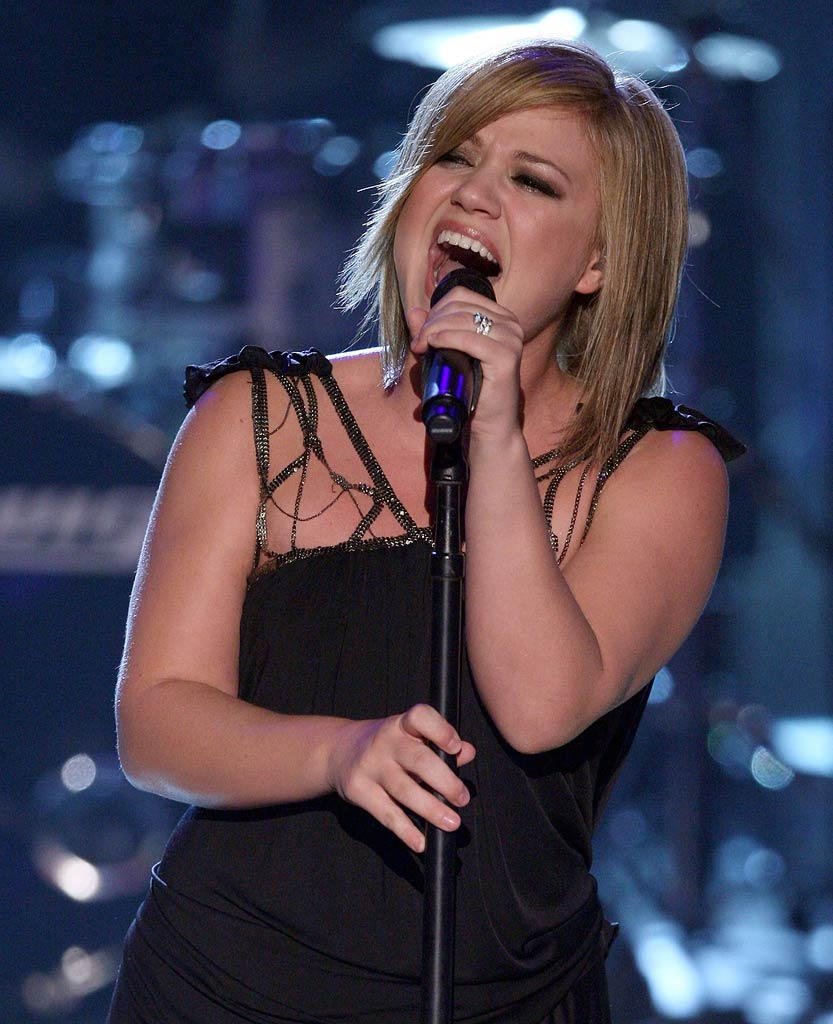 "Kelly Clarkson performs ""Never Again"" onstage at the 2007 Teen Choice Awards."