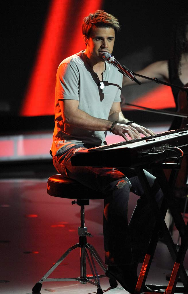 "Kris Allen performs ""Ain't No Sunshine"" by Bill Withers on ""American Idol."""