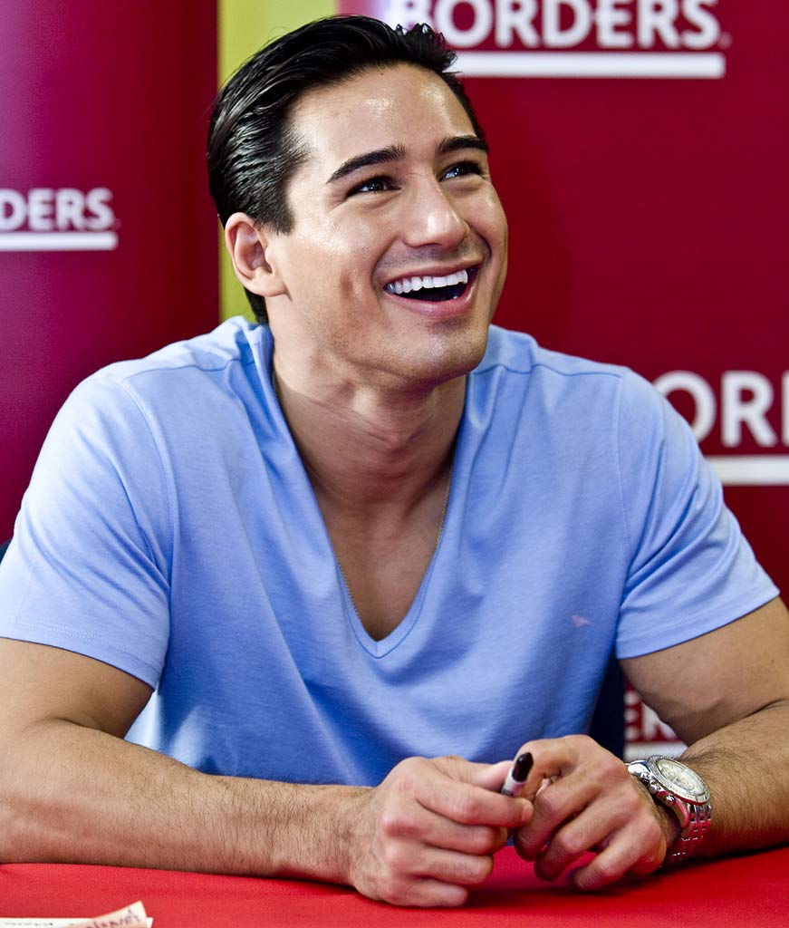 "Mario Lopez signs his book ""Mario Lopez's Knockout Fitness"" on May 27, 2008 at Borders in Houston, Texas."