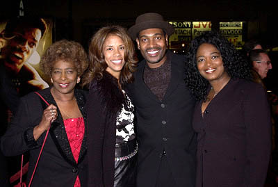 Premiere: Mykelti Williamson and family at the Hollywood premiere of Ali - 12/12/2001