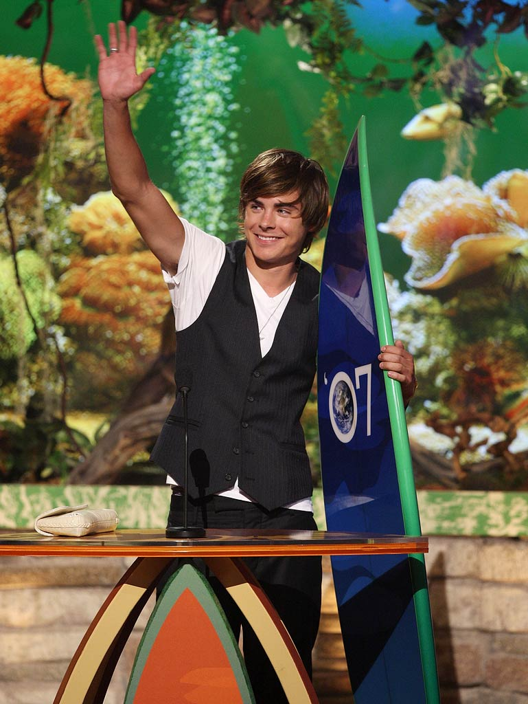 Zac Efron accepts the award for Choice Male Hottie onstage at the 2007 Teen Choice Awards.