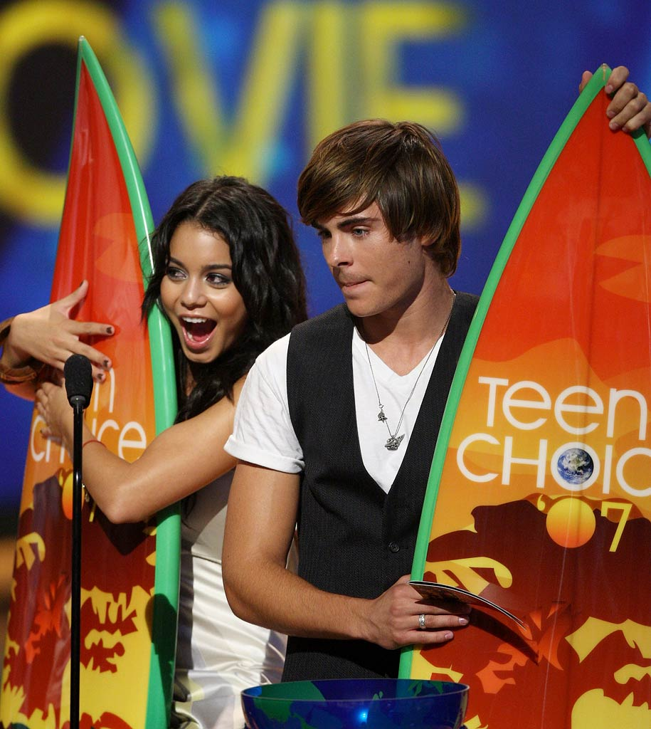 Vanessa Hudgens and Zac Efron onstage at the 2007 Teen Choice Awards.