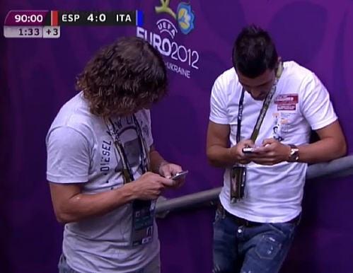 Puyol y Villa tuitean durante la final de la Eurocopa