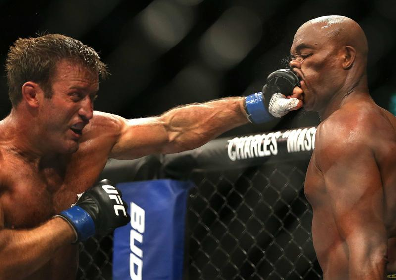 Anderson Silva dropped his hands and let Stephan Bonnar take his best shot in the first. (EFE)