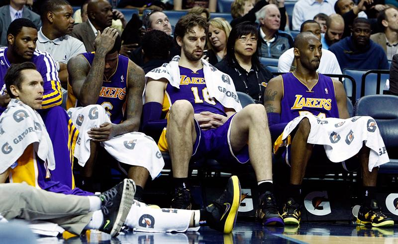 The nosedive continues for the Lakers, who are three games from rock bottom in the West. (EFE)
