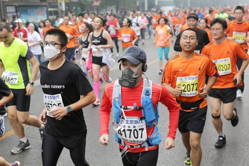 Smogathon: Beijing Marathon held despite 'hazardous' air quality