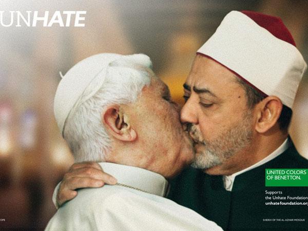 Paus Vatikan mencium seorang imam
