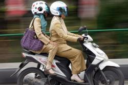 Wanita Dilarang Mengangkang di Atas Sepeda Motor