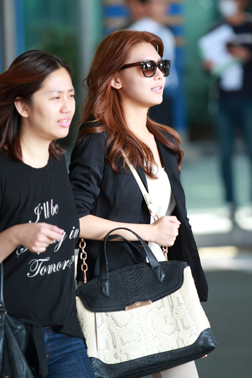 Which bag does Soo Young, a member of Girls' Generation, carry?