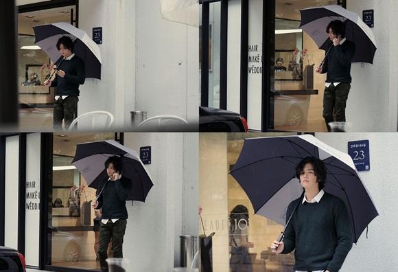 李章宇 直擊,秋雨中 僅撐著傘也像畫報的「漂亮男人」