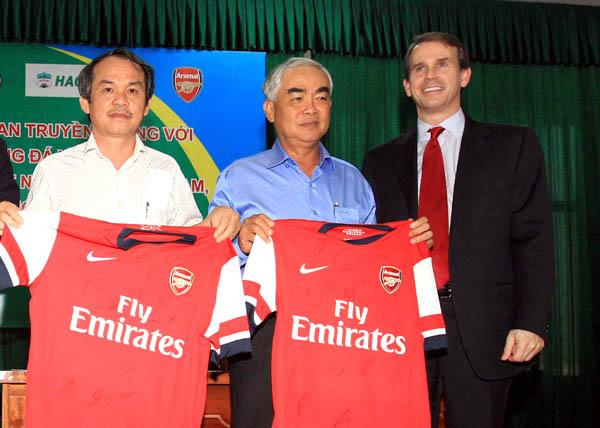Arsenal rời Việt Nam, túi bầu Đức có thêm 500 tỷ